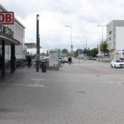 Bahnhof_Platz_Menschen_Foto